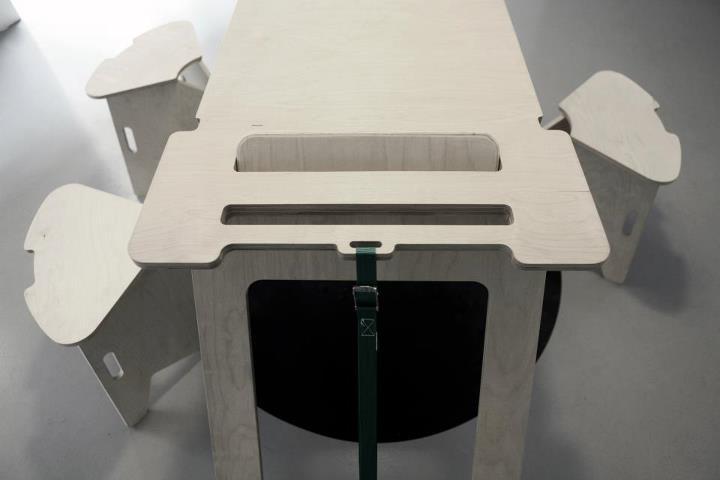 particolare del tavolo e dello sgabello